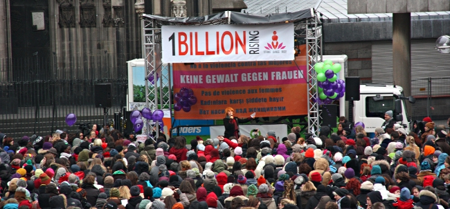ONE BILLION RISING in Köln 2013 auf dem Roncalliplatz